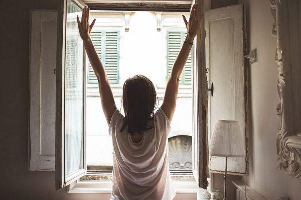 Девушка у окна утром