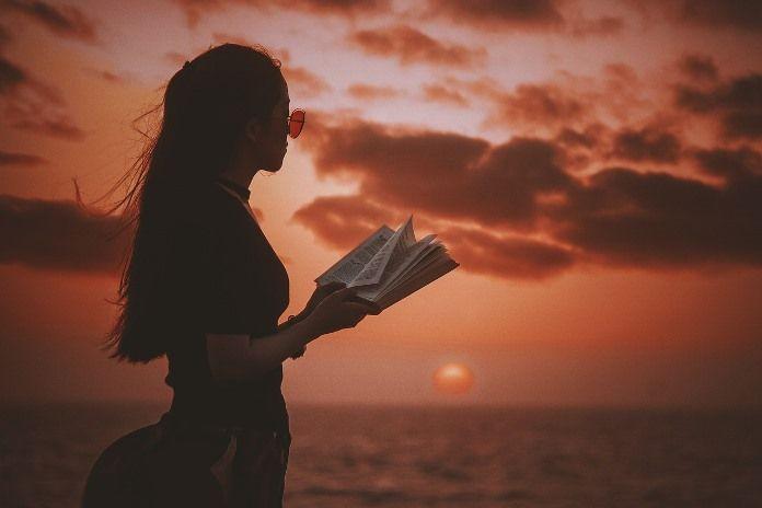 Чтение на берегу