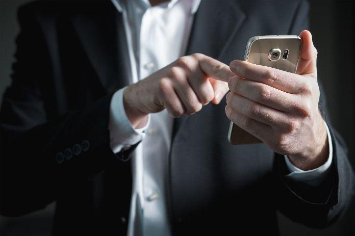 Палец на экране смартфона