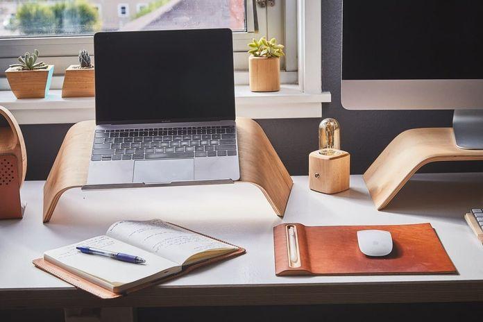 Ноутбук и блокнот на столе