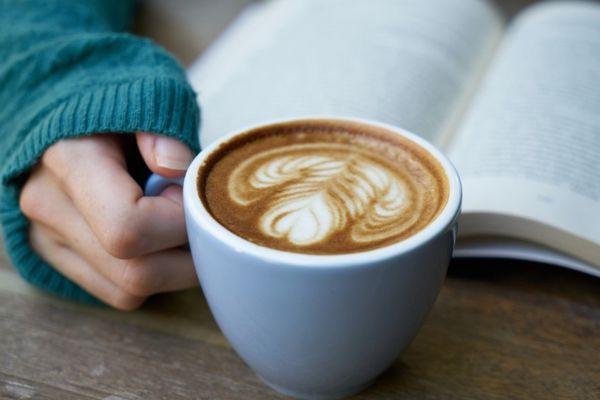 Кружка с кофе в руке