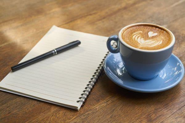 Тетрадка с ручкой и кофе