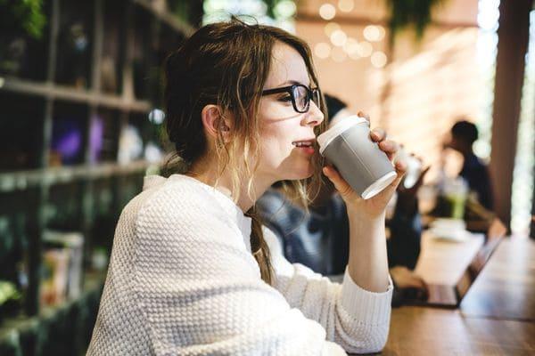 Девушка со стаканом в кофейне