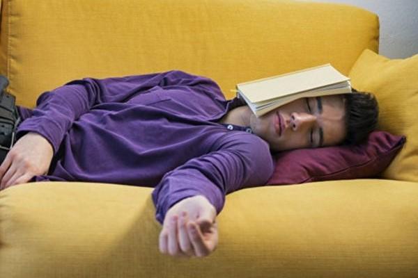 Спящий на диване