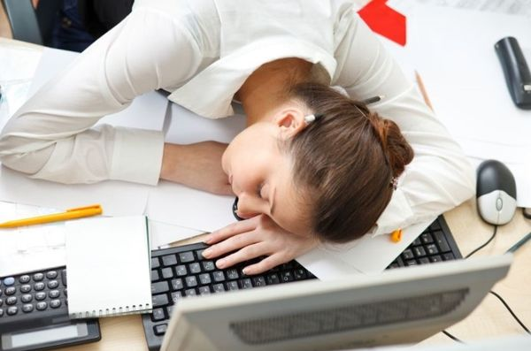 Девушка спит на рабочем столе