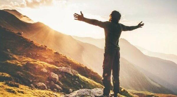 Мужчина в горах на рассвете