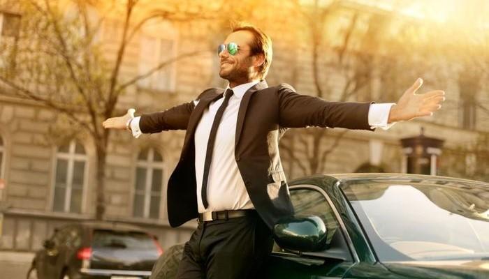 Мужчина у автомобиля