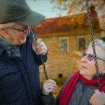 Пенсионеры на качелях