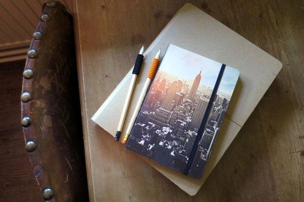 Блокнот и ручки на столе