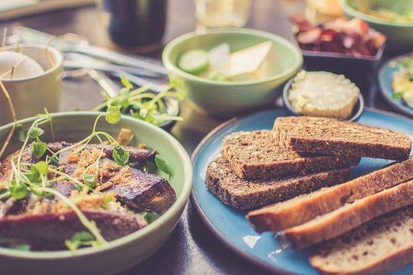 Тарелки с нарезанным хлебом