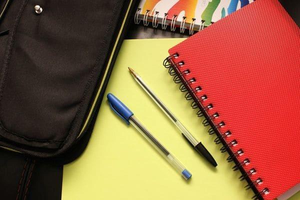 Ручки тетради и портфель