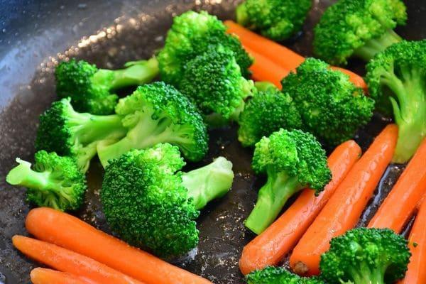 Морковь и брокколи на тарелке