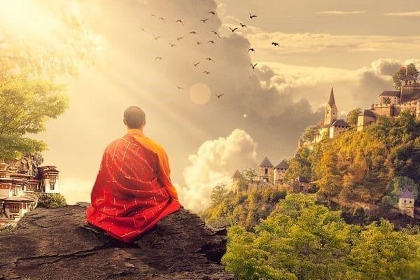 Монах в позе лотоса на рассвете