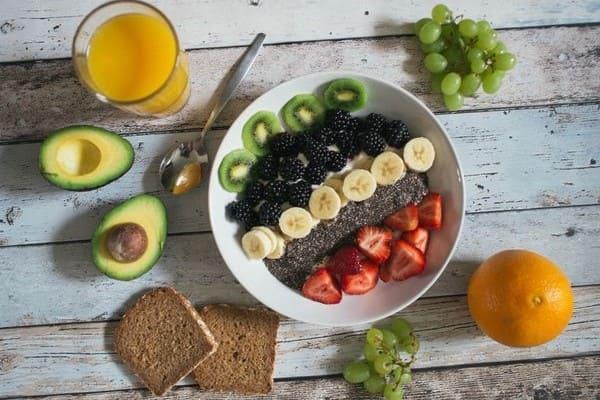 Тарелка с полезными фруктами