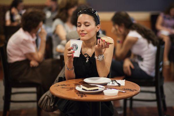 Девушка с кофе и десертом