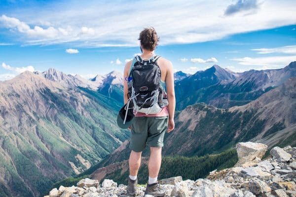Мужчина на вершине горы