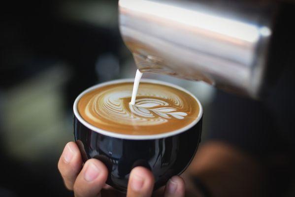 Молоко льется в кофе