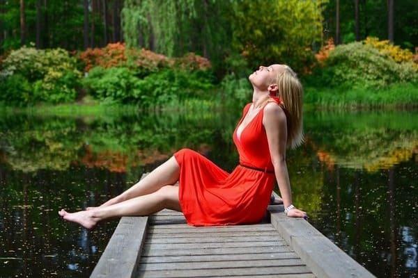 Девушка на озере