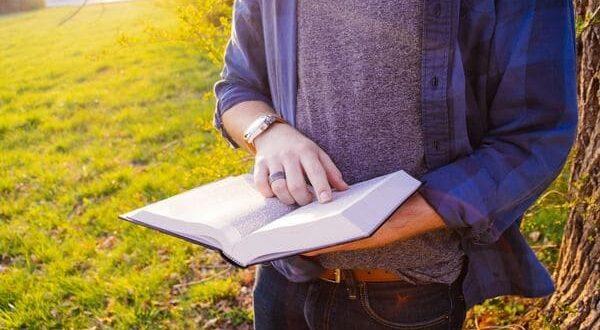 Книга в руках