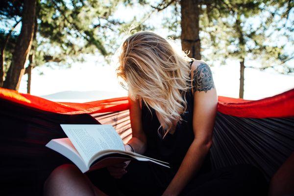 Читающая девушка