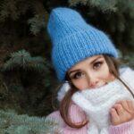 Девушка в голубой шапке