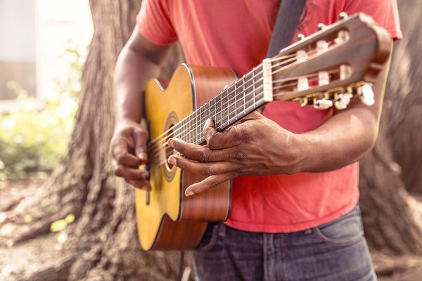 Парень играет на гитаре