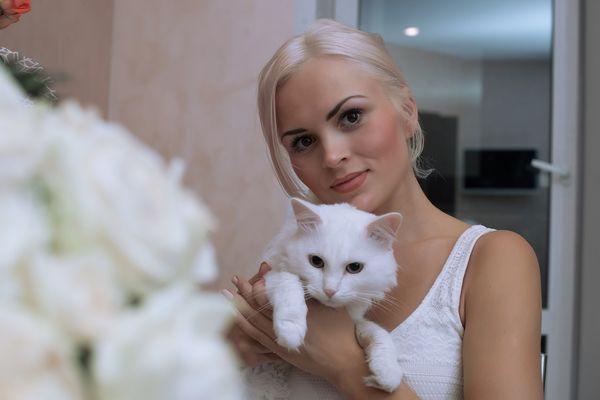 Женщина с белым котом