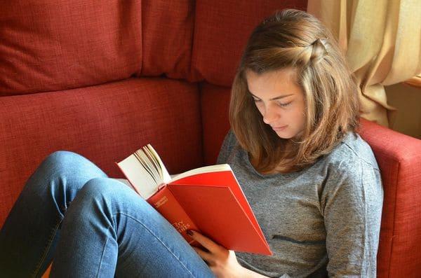 Чтение на диване
