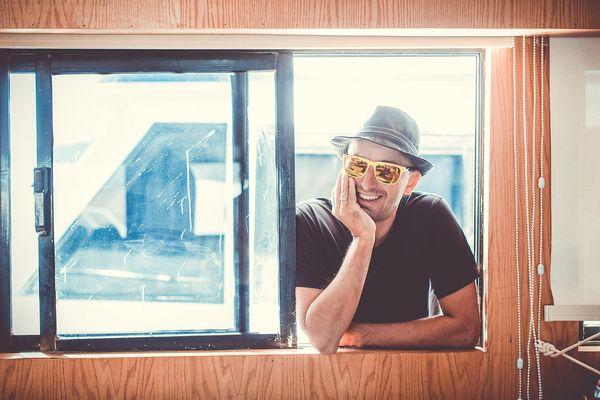 Мужчина в окне