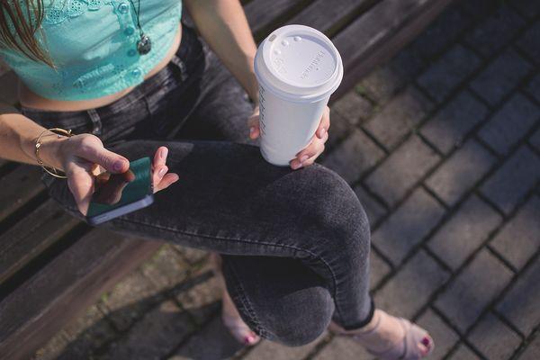 Кофе и смартфон в руках