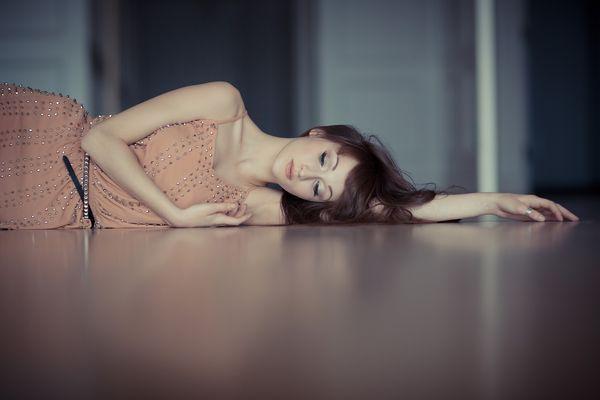 Лежащая на полу