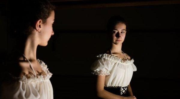 Леди смотрит в зеркало