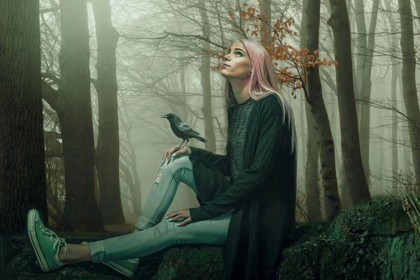 Девочка с птицей