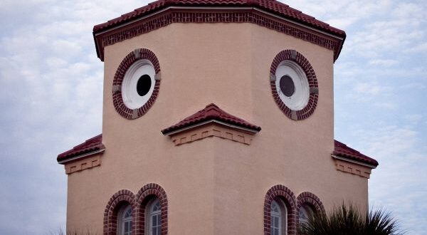Лицо на доме