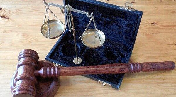 Судейский молот и весы