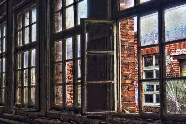 Разбитые окна