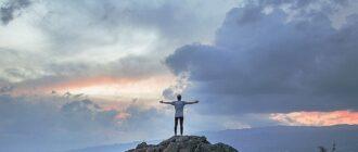 Человек на вершине горы